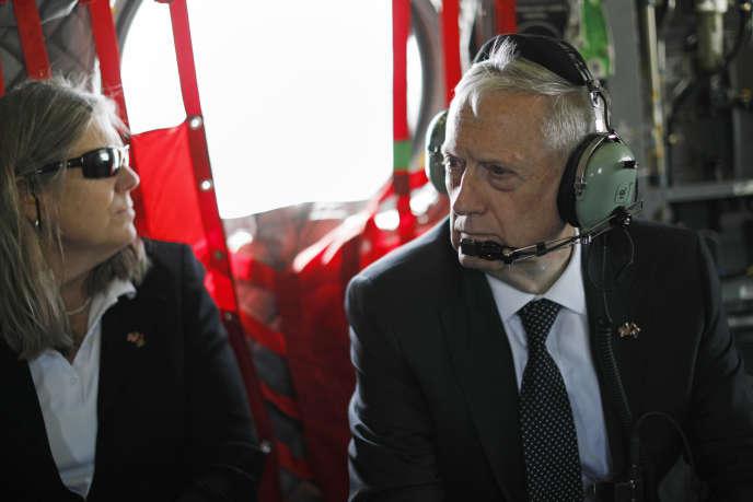 Le secrétaire à la défense américain, James Mattis, et sa conseillère Sally Donnelly arrivent à Kaboul en hélicoptère, lundi 24avril.