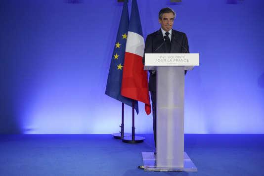 Le candidat Les Républicains François Fillon prononce son discours, le 23 avril 2017 dans son QG de campagne à Paris, au soir de son élimination lors du premier tour de l'élection présidentielle.