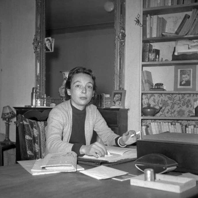 L'écrivaine française Marguerite Duras (1914-1996) pose pour le photographe, au début des années 1950, à son domicile parisien.