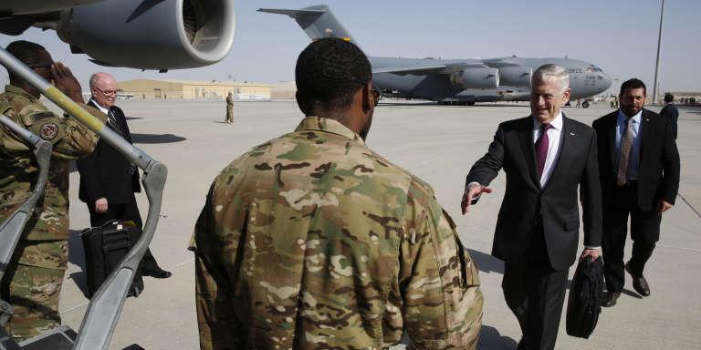 Le secrétaire américain à la défense Jim Mattis en partance pour visiter la base américaine à Djibouti, le 23 avril 2017.