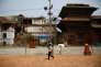 Un homme passe devant la place Durbar, site classé au patrimoine mondial de l'Unesco et endommagé par le séisme de 2015, à Katmandou, le 21 avril 2017.
