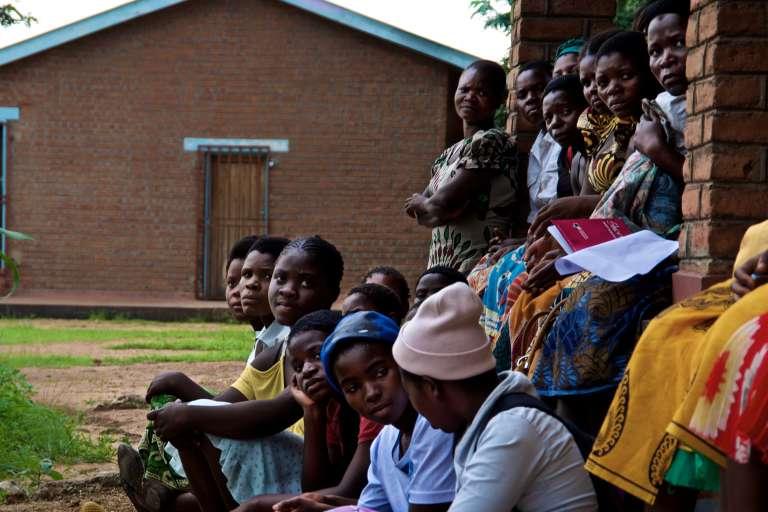 Des jeunes filles du district de Mulanje, dans l'est du Malawi, à la frontière avec le Mozambique, lors d'une rencontre avec Mercy Mutika, cheffe de projet à l'ONG malawite Girls Empowerment Network, le 24 janvier 2017.