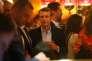 Emmanuel Macron entouré de ses soutiens réunis au restaurant La Rotonde à Paris le soir du premier tour de l'élection présidentielle le 23 avril.