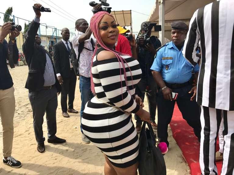 Une femme dans le défilé des sapeurs venus à Abidjan participer à l'anniversaire de la mort de Papa Wemba
