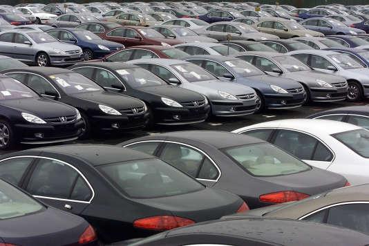 Des véhicules Peugeot dans l'usine de Sochaux en 2000. Le constructeur automobile PSA fait à son tour l'objet d'une information judiciaire pour tromperie, liée au«dieselgate».