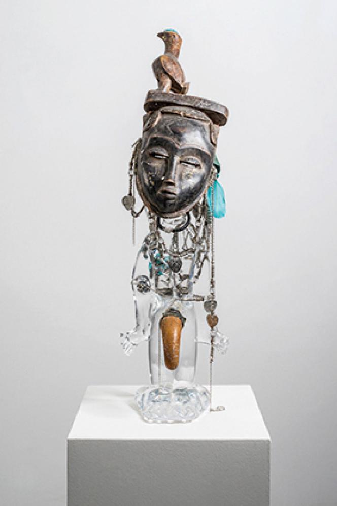 Pascale Marthine Tayou, « Pascale masquée », 2016. Cristal et matériaux divers, 74 x 21 x 25 cm.