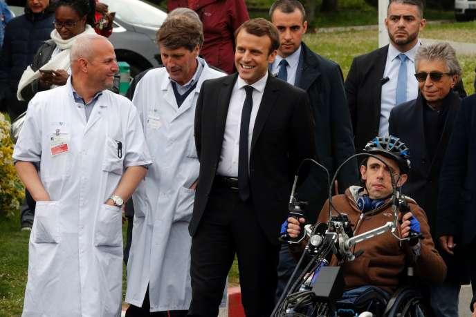 « Des moments d'échanges et de dialogues vrais ont été possibles. La maladie ne fait pas peur à Emmanuel Macron, je l'atteste » (Photo: Emmanuel Macron, le 25 avril, en visite à Garches).