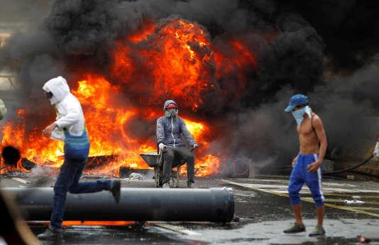 Des manifestants ont mis le feu à des barricades dans les rues de Caracas, ce lundi 24 avril.