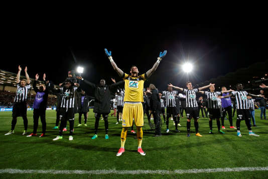 L'équipe d'Angers fête sa victoire au stade Raymond Kopa.