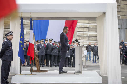 Etienne Cardiles participe à une cérémonie en hommage à son compagnon, Xavier Jugelé, policier victime du terrorisme islamiste sur les Champs-Elysées le jeudi 20 avril 2017, à la préfecture de police à Paris, mardi 25 avril 2017.