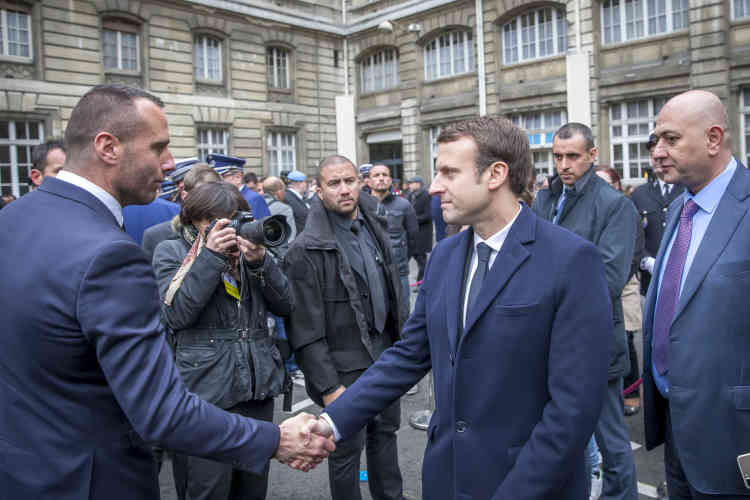 Emmanuel Macron salue Etienne Cardiles.