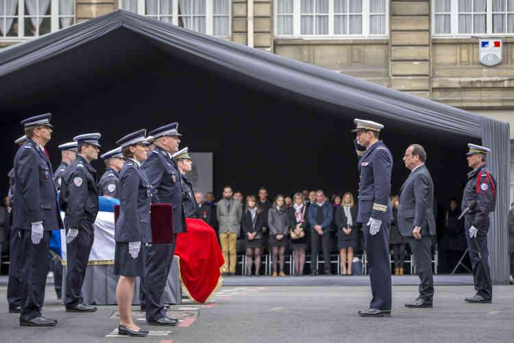 Xavier Jugelé a été élevé, àtitreposthume, au rang de capitaine et fait chevalier de la Légion d'honneur. Les deux gardiens de la paix blessés lors de l'attaque ont été nommés chevaliers de l'ordre national du Mérite.