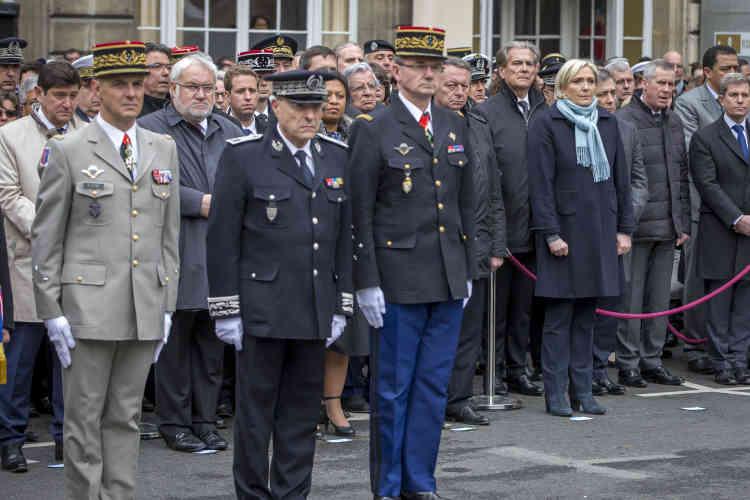 L'hommage, dans la cour de la préfecture de police, s'est déroulé en présence de la famille de la victime et de nombreux collègues, mais aussi de personnalités politiques, dont les deux candidats qualifiés pour le second tour de l'élection présidentielle, Emmanuel Macron et Marine Le Pen (à droite), qui avaient répondu favorablement à l'invitation du chef de l'Etat sortant.