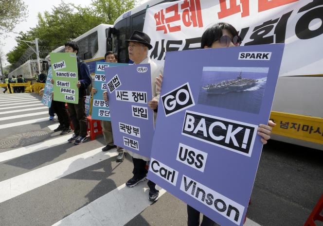 Manifestation, à Séoul le 25 avril, contre la présence duporte-avions américain« USS Carl Vinson» au large de la Corée.