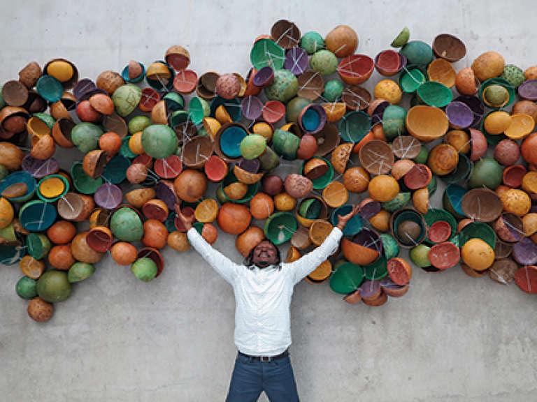 Pascale Marthine Tayou,« Colorful Calabashes», 2014. Calebasses peintes, 9,2 x 2,7 x 0,5 m.