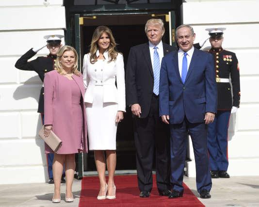 Le président américain Donald Trump et sa femme Melania accueillent le premier ministre israélien, Benyamin Nétanyahou, et son épouse, Sara, à la Maison Blanche le 15 février.