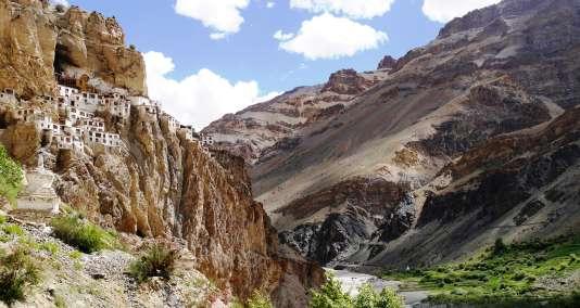 Après plusieurs heures de marche dans des paysages époustouflants, on atteint le monastère de Phuktal Gompa, dans le Zanskar.