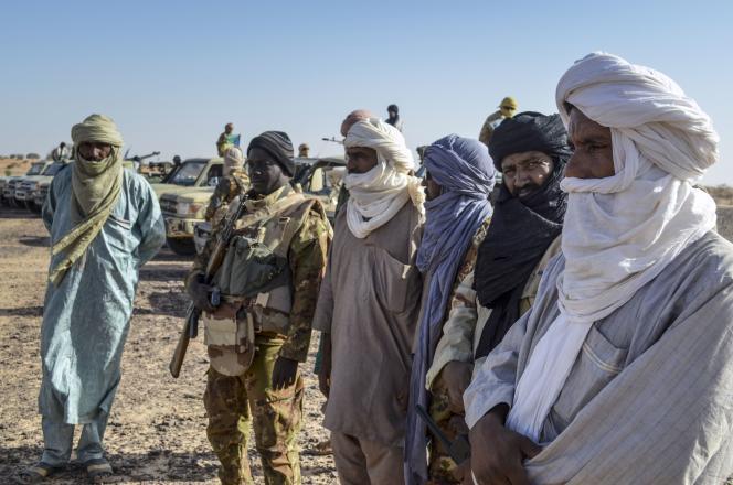 Patrouille commune de l'armée malienne (MAFA) etdu Gatia (Groupe d'autodéfense touareg imghad et allié) près de Gao (Mali) le 19 avril.