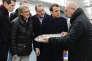 Emmanuel Macron et Richard Ferrand (derrière lui), secrétaire général d'En marche !, au Guilvinec (Finistère), le 17 janvier.