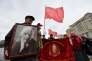 Un homme tient un portrait de Lénine, lors d'un rassemblement de membres du Parti communiste russe à l'occasion du 147e anniversaire de la naissance du révolutionnaire, sur la place Rouge, le 22 avril.