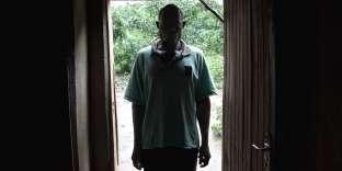 Louis Foté dans l'ombre, le 18 janvier 2017, dans le district de Nsanje, dans l'extrême sud du Malawi. Agé de 39 ans, cela fait presque vingt ans qu'il est un«fisi», une hyène, que les familles paient pour « purifier sexuellement» les femmes des villages.