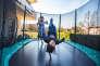 Dans le jardinet de la structure, les enfants peuvent profiter du trampoline quand ils le souhaitent.