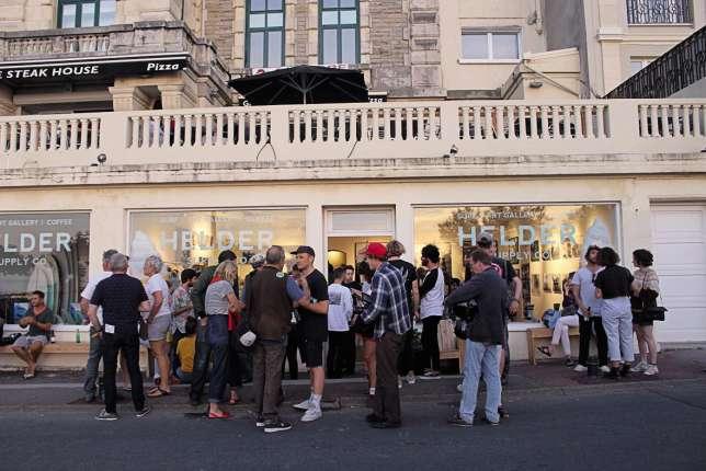 CommeHelder Supply Store, à Biarritz, desboutiques cherchent à cultiver un « mode de vie » inspiré par Colette.