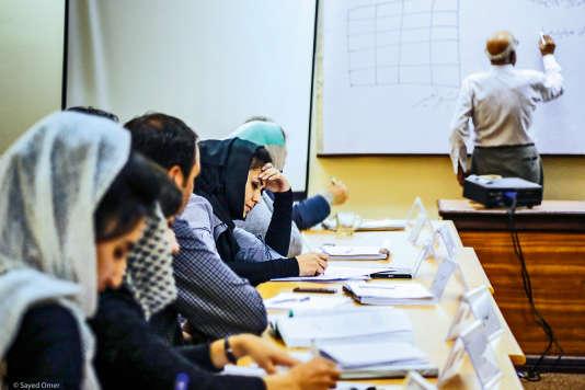 Le professeur Alef Shah Zadran et les étudiants du nouveau master sur les questions de genre à Kaboul.