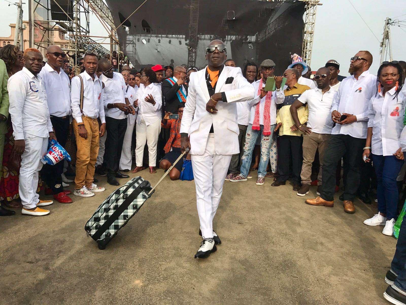Impeccable de la tête aux pieds, un membre de la SAPE fait le show à Abidjan.