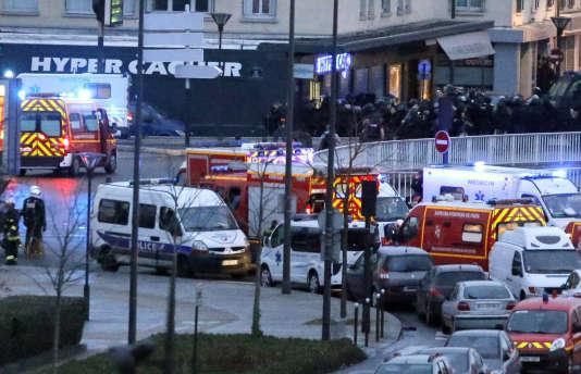 Des policiers devant l'Hyper Cacher de la Porte de Vincennes, le 9 janvier 2015.