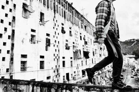 Climat de France est la plus grande cité d'Alger, iciphotographiéepar l'artiste Youcef Krache, qui a voulu en souligner la vitalité.