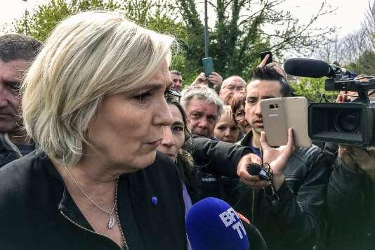 Marine Le Pen devant l'usine de Whirpool à Amiens, dans le nord de la France, le 26 avril.