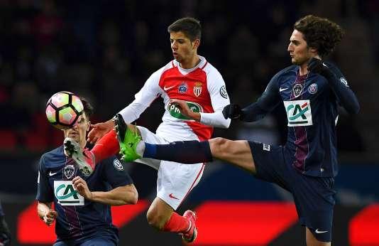 Le milieu de terrain du PSG Adrien Rabiot face au Monégasque Dylan Beaulieu, au Parc des Princes, le 25 avril.