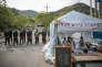La police sud-coréenne garde l'entrée du sommet de la montagne, à Soseongri, où le système THAAD sera installé. Des moines bouddhistes manifestent leur désapprobation.