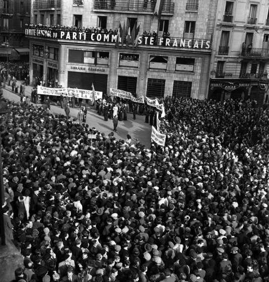 Devant le siège du comité central du Parti communiste, à Paris, en février 1946. Le PCF comptait alors 800000 membres.