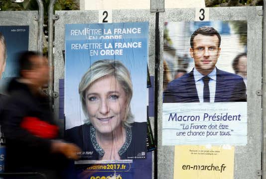 Panneaux électoraux dans les rues Saint-Jean-de-Luz (Pyrénées-Atlantiques), mercredi 26 avril 2017. (AP Photo/Bob Edme)