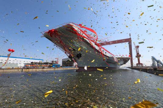 La mise à l'eau du T-001A à Dalian, le 26 avril.
