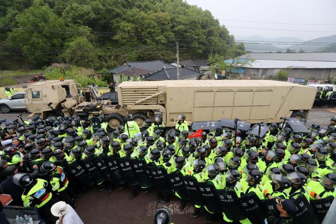 Des militaires américains sécurisent l'arrivée d'un camion du Terminal High Altitude Area Defense (THAAD) à Seongju, en Corée du Sud, mercredi.