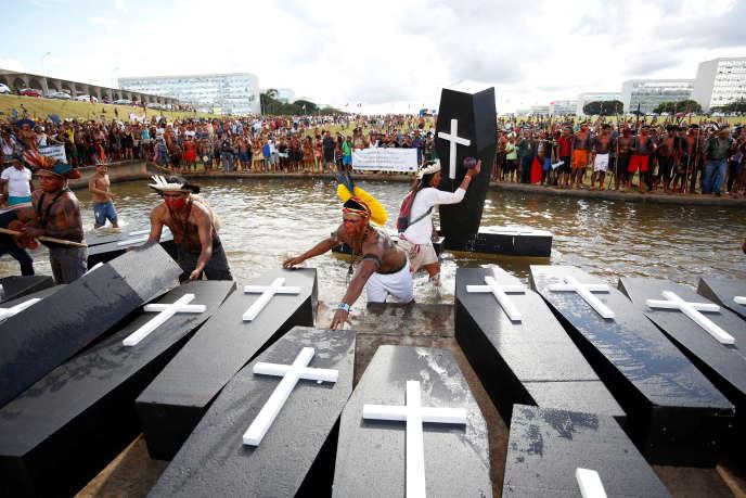 La manifestation a eu lieu devant le Parlement à Brasilia, mardi 25 avril.
