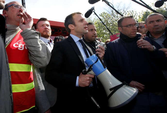 Emmanuel Macron, alors candidat à la présidentielle, lors d'une rencontre avec les salariés de Whirlpool à Amiens, le 26 avril.
