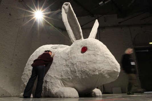 Un lapin géant qui n'est pas le lapin Simon.