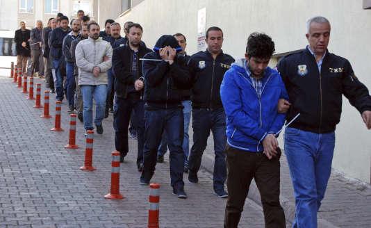 La plupart des personnes interpellées appartiennent aux forces de police et vont être transférées à Ankara.