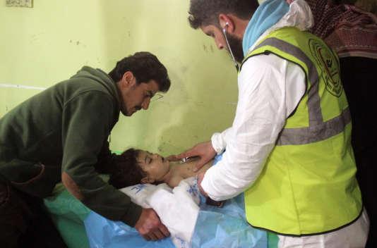 Un enfant inconscient reçu à l'hôpital de Khan Cheikhoun, après l'attaque chimique du 4 avril.