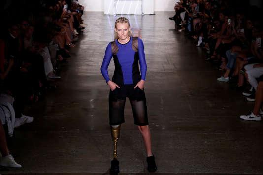 La mannequine Lauren Wasser, amputée d'une jambe suite à un choc toxique, défile lors de la Fashion Week à New York, le 9 septembre 2016.