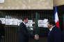 Christian Estrosi visite un bureau de vote à Nice, le 23 avril.