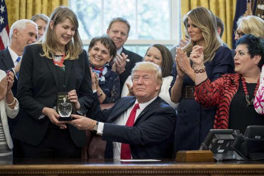 En compagnie de sa femme, Melania, Donald Trump a remis les prix du concours du Meilleur Enseignant des Etats-Unis en 2017, à la Maison Blanche, mercredi 26 avril.