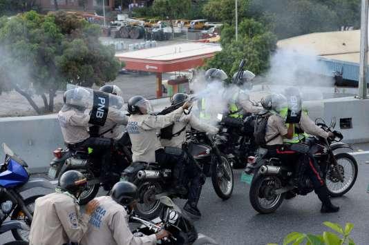 Confrontation entre manifestants et forces de police à Caracas.