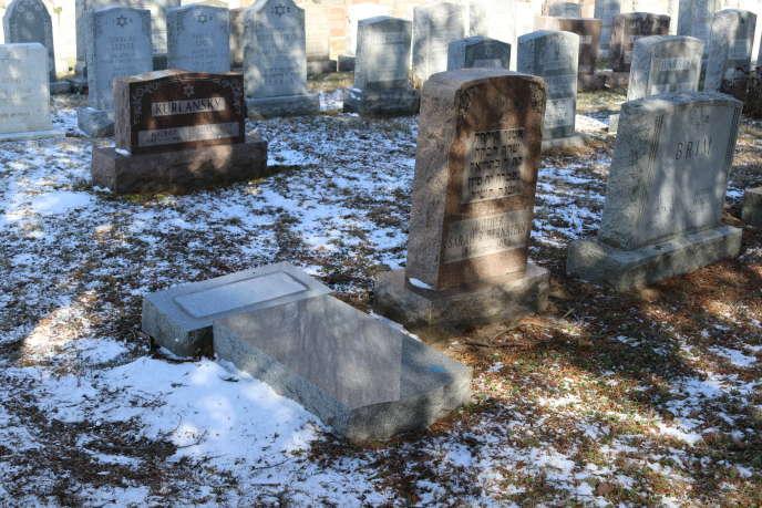 Une pierre tombale juive profanée au cimetière Waad Hakolel de Rochester, dans l'Etat de New York, le 3mars 2017.