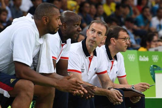 Vincent Collet (au centre), ses adjoints Ruddy Nelhomme et Jacky Commères et le capitaine Boris Diaw (à gauche), durant les Jeux olympiques de Rio.