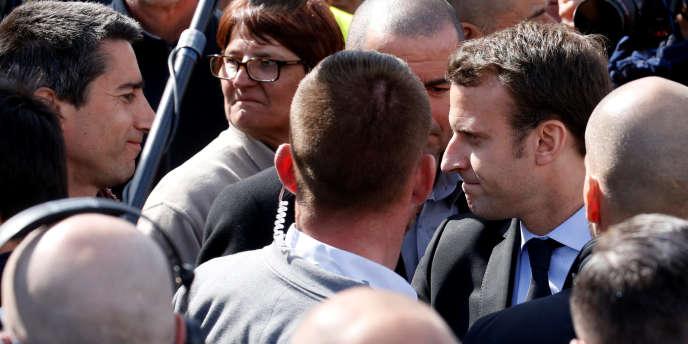 Francois Ruffin (à gauche) et Emmanuel Macron, au milieu des employés de l'usine Whirlpool d'Amiens, le 26 avril.
